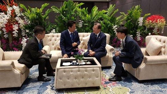 文在寅大統領と安倍首相が4日午前(現地時間)、バンコクのインパクトフォーラムで開催されたASEANプラス3首脳会議に出席する前、歓談している。[写真 青瓦台]