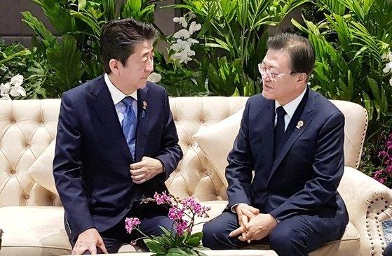 ASEAN+3(韓日中)首脳会議の参加のためにタイを訪問している文在寅大統領が4日午前、会議が開かれた「ノボテル・バンコク・インパクト」の首脳控え室で安倍首相と対話している。[写真 青瓦台]