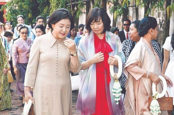 4日、タイのバンコク国立博物館で金正淑夫人と昭恵夫人が話を交わしている。タイでは現在、韓国・日本・中国も参加する東南アジア諸国連合(ASEAN)関連の首脳会議が行われている。[写真 青瓦台写真記者団]
