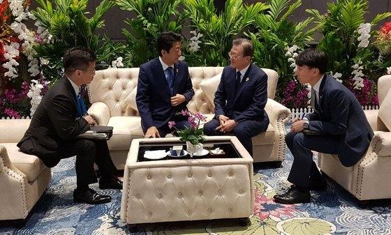 文在寅大統領と安倍首相が4日午前(現地時間)、タイ・バンコクのインパクトフォーラムで開かれたASEANプラス3首脳会議の前、対話している。[写真提供=青瓦台]