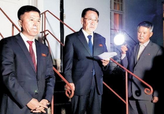 北朝鮮外務省の金明吉(キム・ミョンギル)巡回大使が先月5日(現地時間)夕方、ストックホルム郊外周辺北朝鮮大使館の前でこの日に開かれた米朝実務交渉に関連した声明を発表して「米朝実務交渉は決裂した」と明らかにした。[写真 共同取材団]