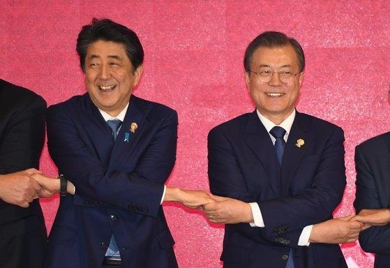 文在寅大統領が4日(現地時間)、タイ・バンコクのインパクトフォーラムで開催された東アジア地域包括的経済連携(RCEP)首脳会議で出席者と記念撮影している。左側は安倍首相。[青瓦台写真記者団]
