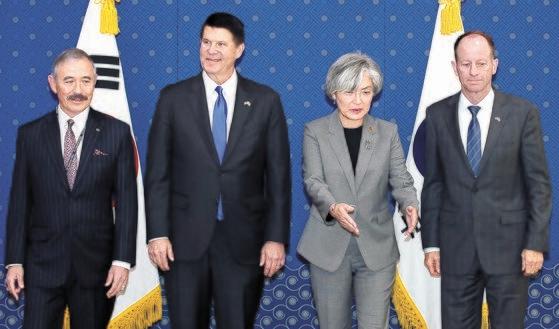 康京和外交部長官と米国務省のクラーク経済次官、スティルウェル東アジア太平洋次官補が6日、ソウル都染洞の外交部庁舎で会い、韓米関係発展案および韓日関係など地域情勢について議論した。左からハリス駐韓米国大使、クラーク次官、康長官、スティルウェル次官補。 キム・サンソン記者