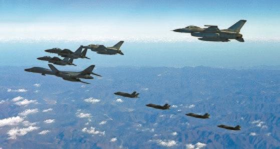 2017年12月6日、「ビジラントエース」に参加した米長距離戦略爆撃機B-1B「ランサー」(先頭)が韓国空軍のKF-16、F-15K、米国空軍のF35A、F-35Bと飛行している。[写真 空軍]