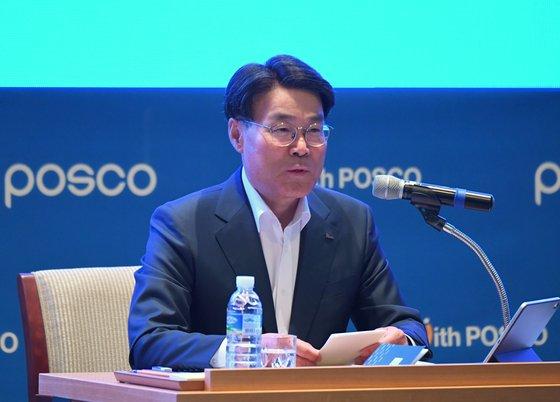 7日に開かれた「2019ポスコフォーラム」で崔正友ポスコグループ会長が発言している。[写真 ポスコ]