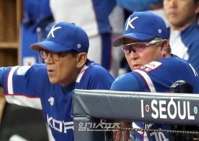 韓国代表の金卿文(キム・ギョンムン)監督(右)