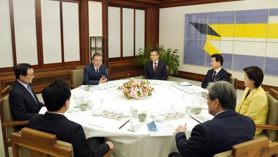 文在寅大統領が10日午後、青瓦台官邸で与野党5党代表と晩餐会を行っている。[写真 青瓦台写真記者団]