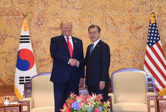 文在寅(ムン・ジェイン)大統領とトランプ大統領が今年6月30日、青瓦台で韓米首脳会談の前に握手している。トランプ大統領はこの席で防衛費分担金50億ドルに言及した。[青瓦台写真記者団]