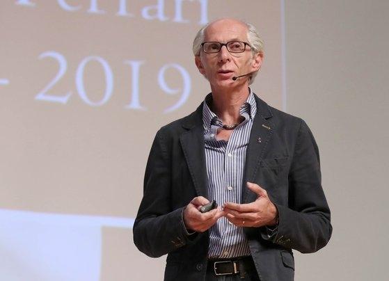 10日、国民大学でフェラーリのデザイナー、マウリツィオ・コルビ氏が本人のスケッチについて講演した。カン・ジョンヒョン記者