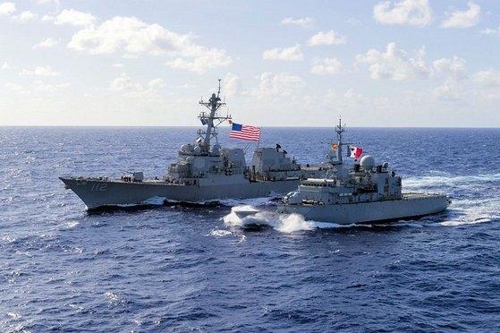 米海軍駆逐艦「マイケル・マーフィー」(DDG112、左)と仏海軍フリゲート艦「ヴァンデミエール」が昨年、太平洋で連合訓練をした。「ヴァンデミエール」はフランスが当時の米国主導の「航行の自由作戦」に参加するため西太平洋地域に派遣した戦闘艦。 [写真 米海軍]