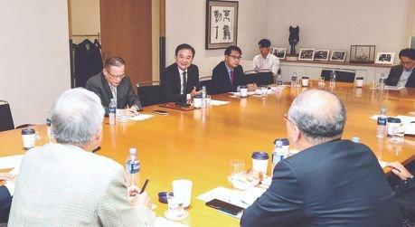 12日に開かれた「韓日ビジョンフォーラム」で各界の専門家が討論している。左上から魏聖洛(ウィ・ソンラク)元駐ロシア大使、洪錫ヒョン(ホン・ソクヒョン)韓半島平和作り理事長、尹相ヒョン(ユン・サンヒョン)国会外交統一委員長。下の後ろ姿は左から申ガク秀(シン・ガクス)元駐日大使、李根寛(イ・グングァン)ソウル大教授。キム・ギョンロク記者
