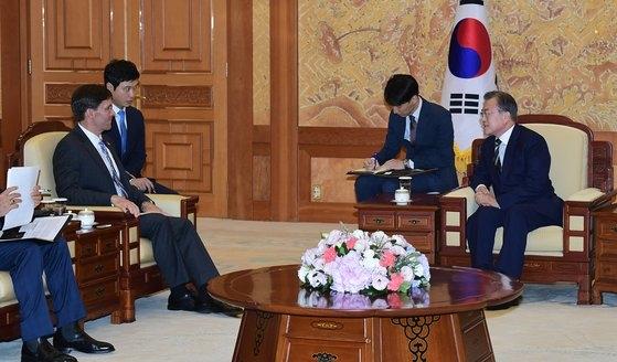 文在寅大統領(右)が8月9日に青瓦台本館でエスパー米国防長官と対話している。[中央フォト]