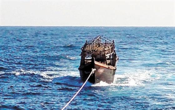 今月8日、東海上で北朝鮮側への引き渡しのために韓国海軍によって曳航される北朝鮮木船。[写真 韓国統一部]