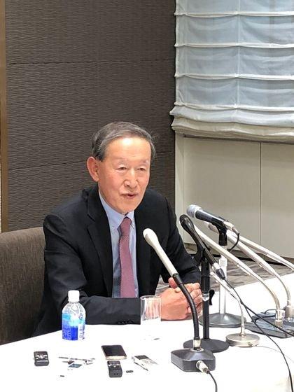 15日、東京経団連で開かれた韓日財界会議が終わった後、許昌秀全経連会長が記者懇談会で共同声明の意味などを説明している。[写真 中央フォト]