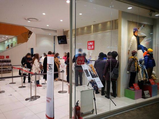 15日昼、ソウル江西区のユニクロ店のレジに客が並んでいる。店内には約50人の客が入っていた。 ナム・グンミン記者