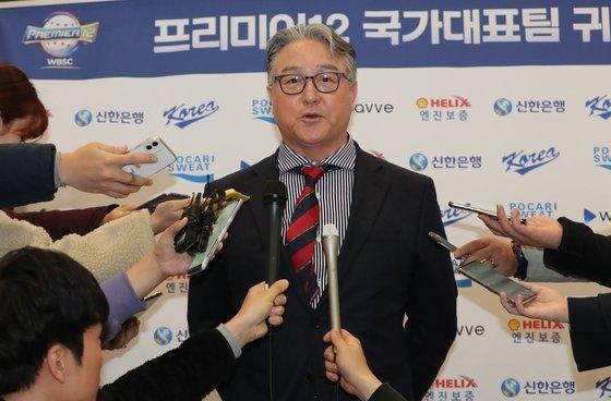 帰国後、取材陣のインタビューに応じた金卿文監督 仁川=チョン・シジョン記者