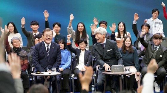 文在寅大統領が19日午後、ソウル上岩洞MBC社屋で行われた特番『国民が問う、2019国民との対話』でパネルの質問に答えている。[写真 青瓦台写真記者団]