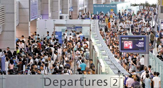 旅行シーズンで多くの人々で込み合う仁川国際空港