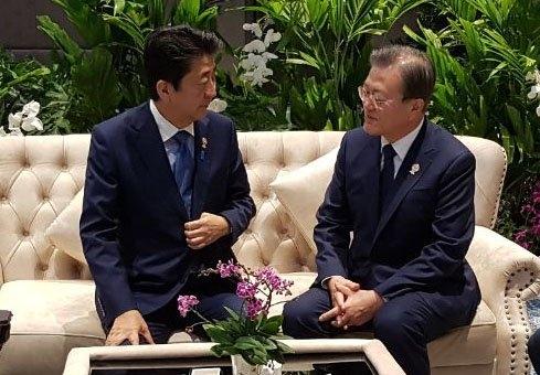 文在寅大統領(右)と安倍晋三首相が4日、タイ・バンコク・インパクトフォーラムで開かれた第21回ASEAN+3首脳会議の前に歓談をしている。[写真 青瓦台]