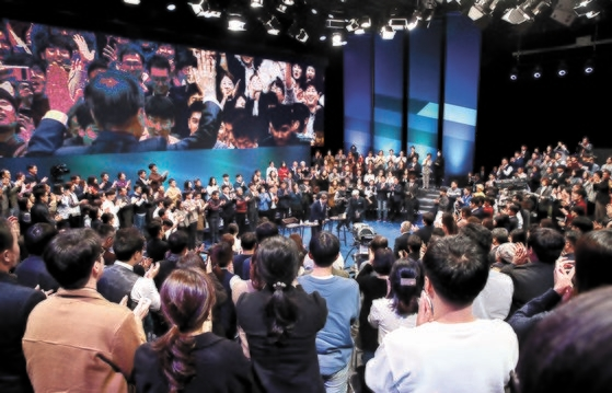 今月19日「国民が問う、2019国民との対話」が開かれたソウル上岩洞(サンアムドン)MBCメディアセンターのスタジオに文在寅大統領が入場し、300人の国民パネルが拍手をしている。[写真 青瓦台写真記者団]