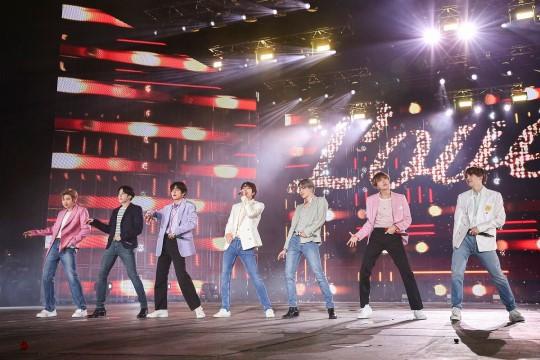 防弾少年団(BTS)が先月、ソウル蚕室(チャムシル)オリンピック主競技場で開かれたワールドツアー「LOVE YOURSELF: SPEAK YOURSELF」のフィナーレコンサートの舞台に上がった姿。[写真 Big Hitエンターテインメント]