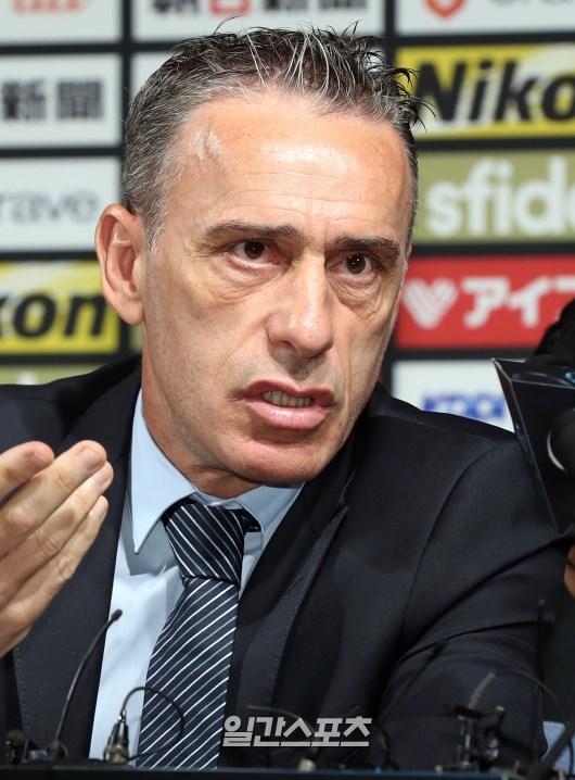 サッカー韓国代表のパウロ・ベント監督