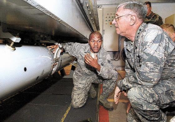 2008年当時、米空軍欧州・アフリカ司令官のロジャー・ブラッドレー空軍大将がオランダのフォルケル空軍基地で行われたB61戦術核弾頭訓練を見ている。米国はドイツやオランダなどNATO5カ国と核共有協定を締結した。これを受け、有事の際、米国と合意すればNATO5カ国もこの核弾頭を使用できる。韓国でも米国と核共有協定を締結して北朝鮮の核の脅威に対抗すべきだという意見が増えている。[写真 米空軍]
