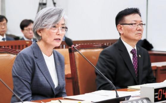 康京和外交部長官(左)が21日、国会外交統一委員会全体会議で韓日軍事情報包括保護協定(GSOMIA)に関連した質問に答えている。右はソ・ホ統一部次官。イム・ヒョンドン記者