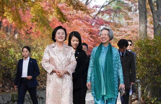 文在寅大統領夫人の金正淑氏とシンガポールのリー・シェンロン首相夫人のホー・チン氏が23日午後、昌慶宮で散策している。[写真 青瓦台]