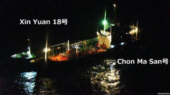 写真は昨年2月に北朝鮮のタンカー「チョンマサン号」とモルジブ船籍のタンカーが中国・上海の東側250キロメートル海上で夜間に明かりをつけて横付けしている様子。日本の海上自衛隊P-3C哨戒機が撮影した。[写真 日本防衛省]