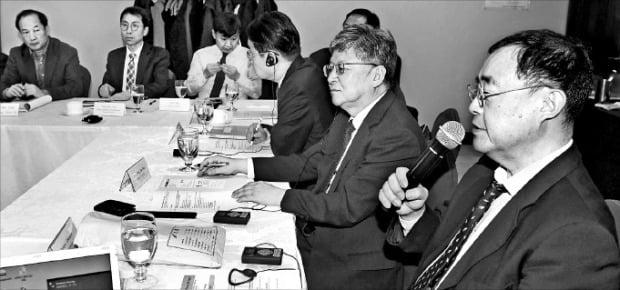 慶応大学経済学科の竹森俊平教授(右)が先月29日に高麗大学BK21プラスと持続発展研究所が共同主催した韓日経済学者ワークショップで発表している。キム・ボムジュン記者