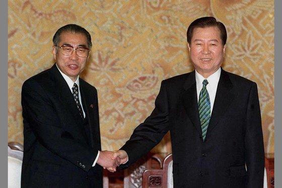 金大中元大統領が1999年3月20日、訪韓した小渕恵三元首相と単独首脳会談を行う前に握手している。[中央フォト]