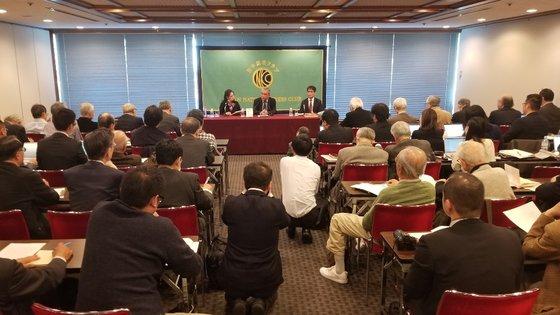 先月21日、東京千代田区の日本記者クラブで李栄薫・元ソウル大教授(中央)が『反日種族主義』日本語版の出版を記念して記者会見を開いている。ユン・ソルヨン特派員