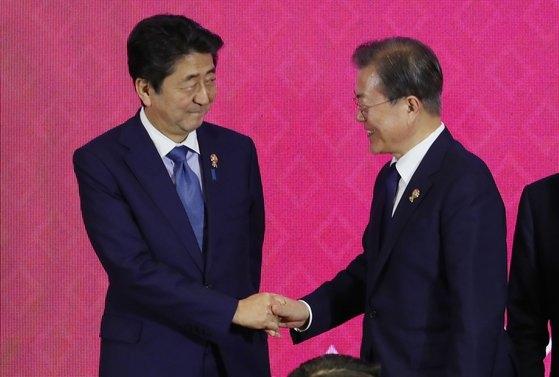 文在寅大統領(右)が先月4日にタイのバンコクで開かれた東アジア地域包括的経済連携(RCEP)首脳会議で日本の安倍晋三首相と握手している。[青瓦台写真記者団]