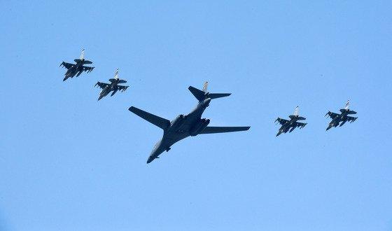 米国の超音速戦略爆撃機B-1Bが2017年9月13日、京畿道烏山(オサン)空軍基地の上空でF-16戦闘機4機の護衛を受けて作戦を遂行している。韓米軍当局は北朝鮮の5回目の核実験に対する強力な武力示威レベルで戦略武器を次々と展開した。[中央フォト]