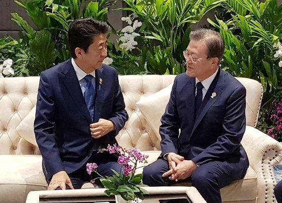 文在寅(ムン・ジェイン)大統領(右)と安倍晋三首相 [青瓦台提供]