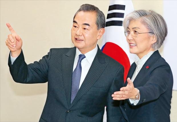 中国外相、THAAD対立後初めて訪韓 外交部の康京和長官(右)と中国の王毅国務委員兼外相が4日にソウルの外交部庁舎で会談に先立ち対話している。王長官の訪韓は2017年の高高度防衛ミサイル(THAAD)対立以降初めて。シン・ギョンフン記者