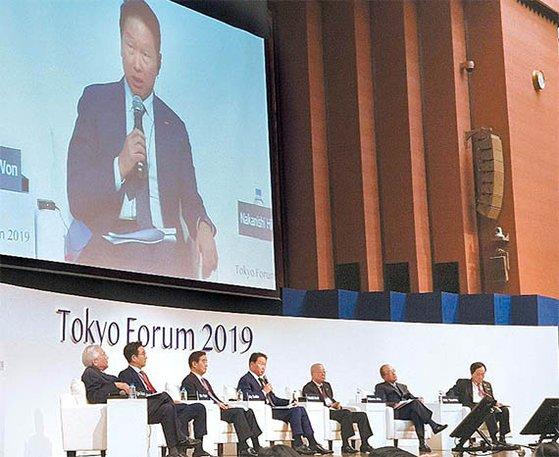 崔泰源SK会長は「日本エネルギー企業と互いに株式を持ち合うことになり、人で言えば血を交える関係に発展した」とし、韓日企業はよりいっそう積極的に協力すべきだと述べた。左から小倉和男元駐韓日本大使、キム・ユン三養ホールディングス会長、許榕秀GSエナジー社長、崔泰源SK会長、中西宏明経団連会長、三村明夫日本商工会議所会長、佐藤康博みずほフィナンシャル会長。 キム・ドンホ論説委員
