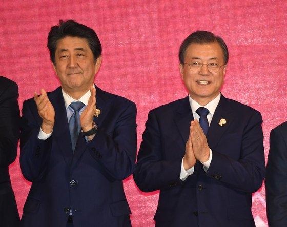韓国の文在寅大統領が先月4日(現地時間)、タイ・バンコクのインパクトフォーラムで開かれた東アジア地域包括的経済連携(RCEP)首脳会議で出席者と記念撮影に臨んでいる。左は安倍晋三首相。[写真 青瓦台写真記者団]
