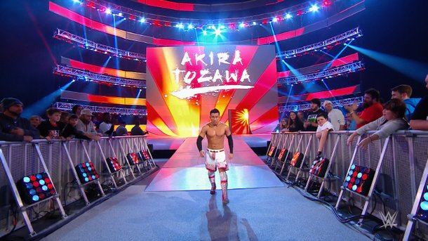 今月3日、WWEのテレビ番組「RAW」で旭日旗の背景画面に合わせて登場する日本人選手の戸澤陽。[写真 IBスポーツ画面キャプチャー]