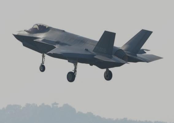 国軍の日を翌日に控えた9月30日午後、世界最強最新鋭F-35Aステルス戦闘機が清州空軍基地に着陸している。このステルス戦闘機は1日に大邱空軍基地で開かれた国軍の日行事で一般に初公開された。[フリーランス キム・ソンテ]