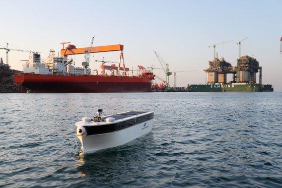 9日、サムスン重工業が製作した自動運航の模型船舶「Easy Go」が巨済造船所近海を運航している。今回の運航は大田遠隔制御センターで船舶を制御する方式で行われた。[写真 サムスン重工業]