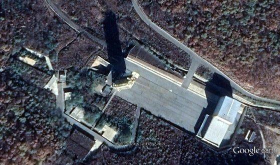 今月1日に撮影したグーグル写真には発射場と鉄山線をつなげる鉄道が設置されている。[グーグルアース キャプチャー]