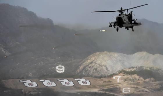 2017年の統合火力訓練で韓国陸軍のAH-64アパッチがロケットを発射している。アパッチヘリコプターはFMS方式で導入された。[中央フォト]