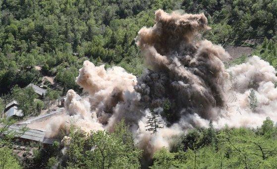 昨年5月、国際記者団が参観した中で行われた豊渓里核実験場爆破の場面。[写真 38ノース]