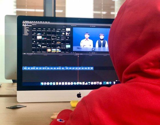 貞華芸術大学放送映像専攻の学生が校内編集室でYouTubeにアップロードする映像を編集している。ナム・ミョンソ記者