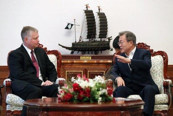 文在寅大統領が16日にビーガン米国務省北朝鮮政策特別代表と面会する。写真は昨年9月11日に青瓦台で文大統領とビーガン代表が歓談する様子。[写真 青瓦台]