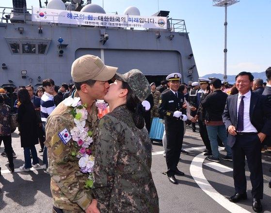 10月16日清海部隊第29陣の「大祚栄(テ・ジョヨン)」が鎮海(チンへ)港に復帰した後、清海部隊員が海軍副士官である妻とキスをしている。ソン・ポングン記者