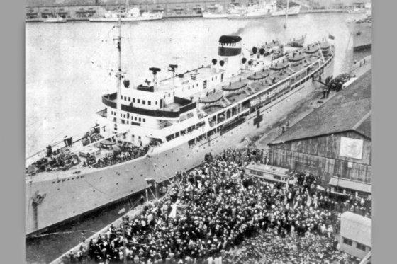 1959年12月14日、北送在日同胞の第1陣を乗せて新潟港を離れる準備をしているソ連の船舶トボリスク。この日から1984年までに約9万3000人余りの在日同胞が新潟港を通じて北朝鮮に渡っていった。[中央フォト]