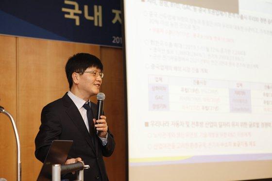 韓国自動車産業協会のキム・ジュンギュ調査研究室長が19日、ソウル瑞草洞本社で開かれた自動車発展フォーラムで発表している。[写真 自動車産業協会]